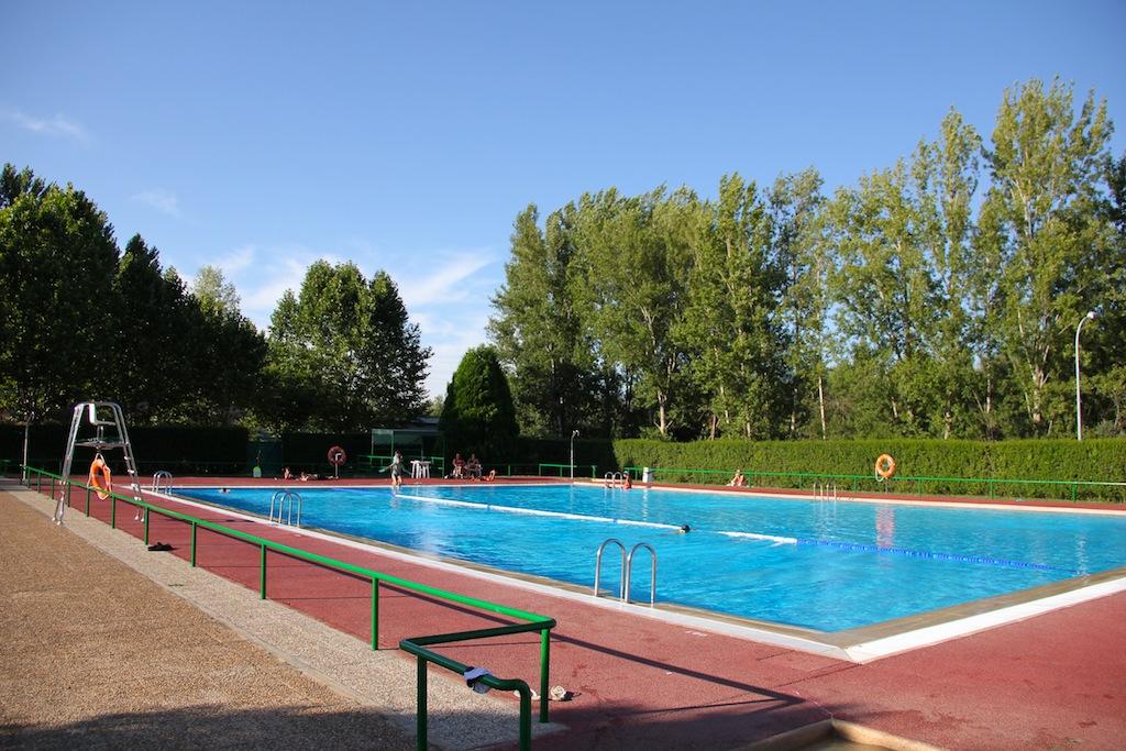 Las piscinas municipales de veguellina de rbigo abren y for Piscinas municipales madrid 2016